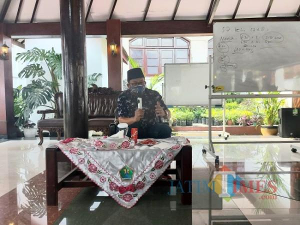 Wali Kota Malang Sutiaji saat ditemui awak media di gazebo Balai Kota Malang, Jumat (16/7/2021). (Foto: Tubagus Achmad/MalangTIMES )
