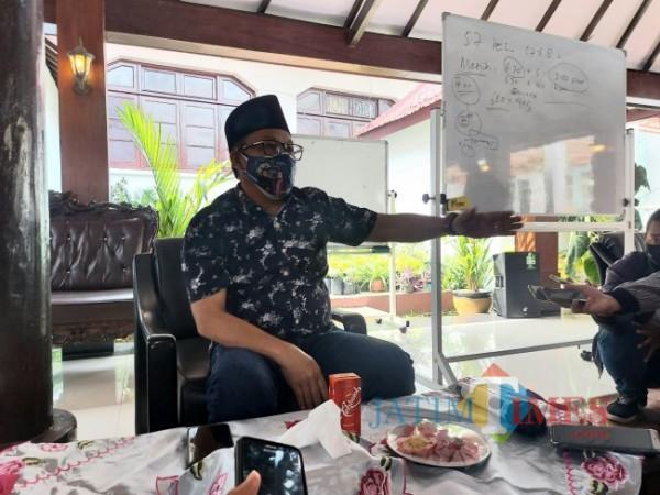 Wali Kota Malang Sutiaji usai menggelar rapat koordinasi dengan jajaran Organisasi Perangkat Daerah terkait di Gazebo Balai Kota Malang, Jumat (16/7/2021). (Foto: Tubagus Achmad/MalangTIMES)