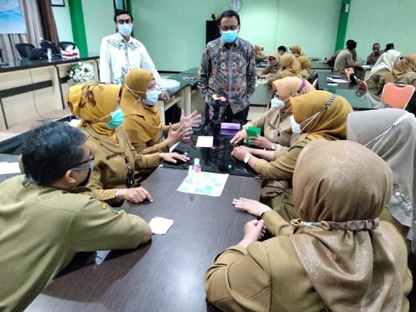 Para kepala sekolah dasar se Kota Malang saat mengikuti pelatihan sekolah unggul yang diadakan tim dosen Jurusan Administrasi Pendidikan, Fakultas Ilmu Pendidikan, Universitas Negeri Malang (UM) belum lama ini. (Foto : Istimewa)