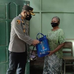 Bantu Warga di masa PPKM Darurat, TNI-Polri di Blitar Berikan Bantuan Sembako