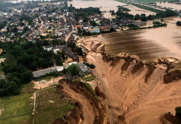 Kondisi banjir bandang yang menyapu Erfstradt, Jerman. (Foto: shutterstock)