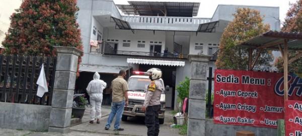 Petugas medis dan pihak kepolisian saat mendatangi rumah kos untuk melakukan evakuasi jenazah penghuni kos, Sabtu (17/7/2021). (Foto: Polsek Sukun)