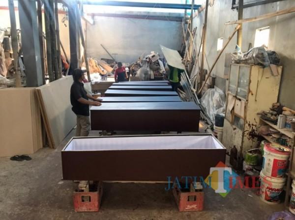 Suasana pembuatan peti mati di tempat Eka Budi yang terletak di Jalan Kemantren I Nomor 33, Kelurahan Bandungrejosari, Kecamatan Sukun, Kota Malang, Sabtu (17/7/2021). (Foto: Tubagus Achmad/MalangTIMES)
