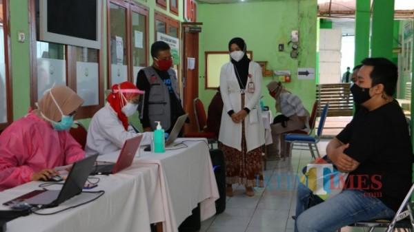 Wakil Wali Kota Batu Punjul Santoso saat meninjau lokasi vaksinasi di Kota Batu beberapa saat lalu.