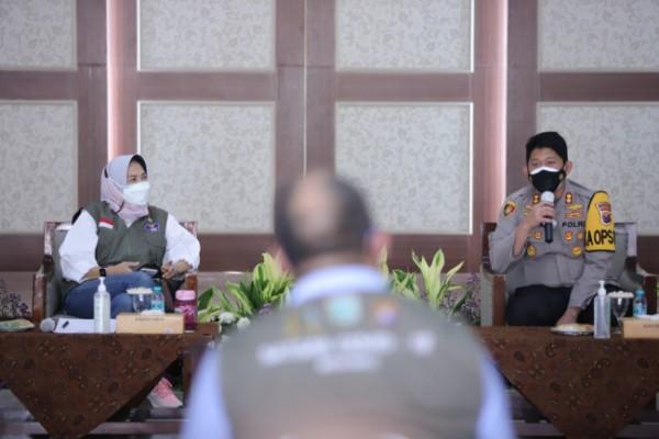 Wali Kota Batu Dewanti bersama Kapolres Batu Catur Cahyono saat rapat koordinasi di Graha Pancasila, Balai Kota Among Tani, Sabtu (17/7/2021).