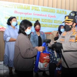 Polres Kediri Kota Salurkan Paket Sembako kepada Paguyuban PKL Jalan Dhoho dan Jaranan