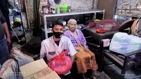 Salah satu remaja Masjid Al-Falah yang memberikan bantuan bagi janda tua di wilayah Kelurahan Gadang, Kota Malang. (foto: Masjid Al-Falah)