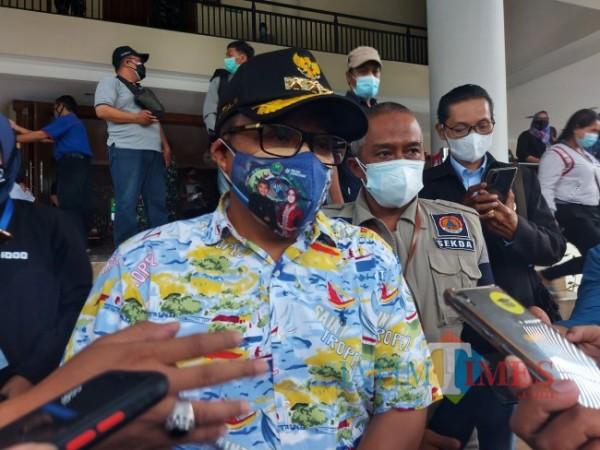Wali Kota Malang Sutiaji saat ditemui awak media usai mendampingi Forkopimda Jawa Timur meninjau proses serbuan vaksinasi covid-19 di Graha Cakrawala, Universitas Negeri Malang, Minggu (18/7/2021). (Foto: Tubagus Achmad/MalangTIMES)