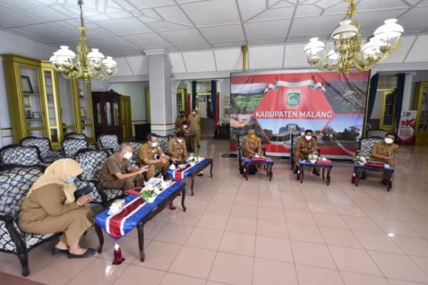 Bupati Malang HM. Sanusi didampingi Sekda Kabupaten Malang Wahyu Hidayat dan sejumlah jajarannya saat rapat evaluasi PPKM Darurat secara virtual bersama