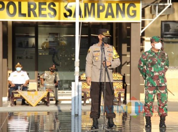 Foto Kapolres Sampang AKBP Abdul Hafidz dan Dandim 0828 Sampang Letkol Arm Mulya Yaser Kalsum pimpin apel kesiapan pengamanan jelang hari raya Idul Adha 1442 di lapangan Mapolres Sampang, Senin (19/07/2021).