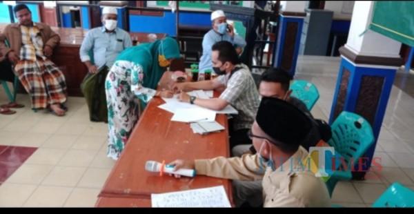Foto penerima guru ngaji dan Marbot waktu mencairkan di Aula Kecamatan Camplong Senin 19 07 2021 Kecamatan