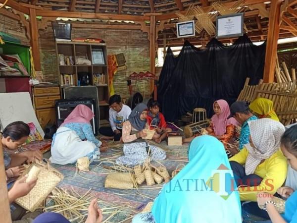 Kelompok Perajin Anyaman Bambu Dusun Papring Keluarahan/Kecamatan Kalipuro Kabupaten Banyuwangi (Istimewa)