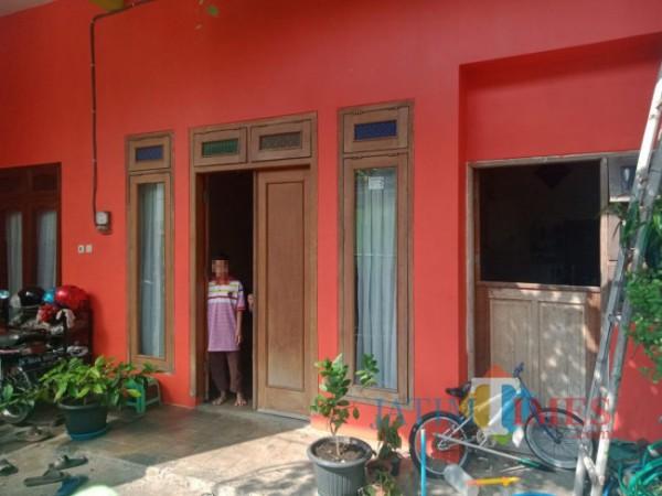 Kondisi rumah di kawasan Perumahan Puskopad Kota Malang berisi tiga orang anak yang harus berjuang isolasi mandiri tanpa kedua orang tua, Senin (19/7/2021). (Foto: Tubagus Achmad/MalangTIMES)