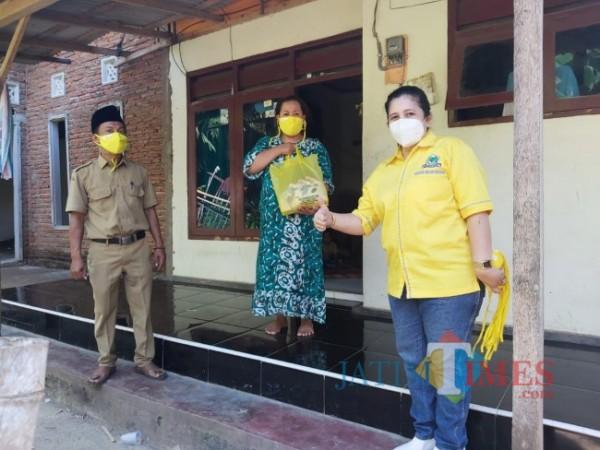 Marifatul Kamila, Anggota Fraksi Partai Golkar DPRD Banyuwangi menyerahkan bantuan kepada warga yang sedang menjalani isoman (Istimewa)
