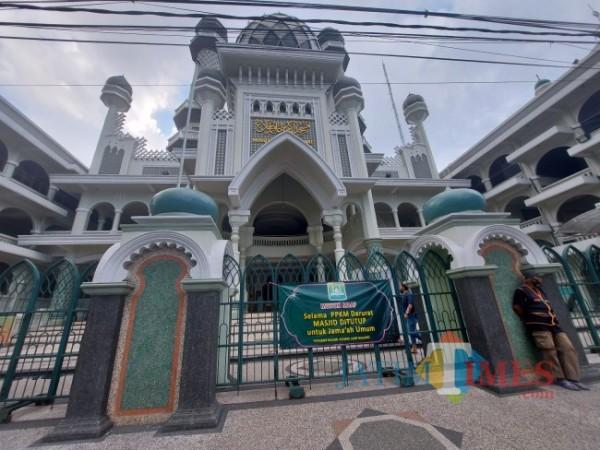 Masjid Jami' Kota Malang yang ditutup untuk masyarakat umum selama PPKM Darurat, Senin (19/7/2021). (Foto: Tubagus Achmad/MalangTIMES)