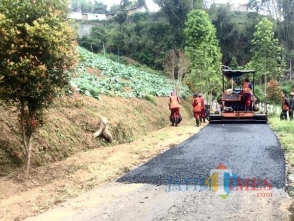 Para petugas saat melakukan pengaspalan di akses jalur Desa Gunungsari, Kecamatan Bumiaji tahun 2020.