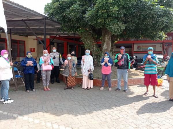 Pembagian Bantuan Sosial Tunai (BST) yang dilakukan oleh pihak Kelurahan Bareng, Kecamatan Klojen, Kota Malang, Senin (19/7/2021). (Foto: Dok. Kelurahan Bareng)