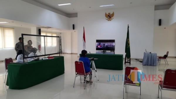 Salah satu pedagang kaki lima yang sedang menjalani sidang tipiring secara virtual di Mini Block Office, Senin (19/7/2021). (Foto: Tubagus Achmad/ MalangTIMES)