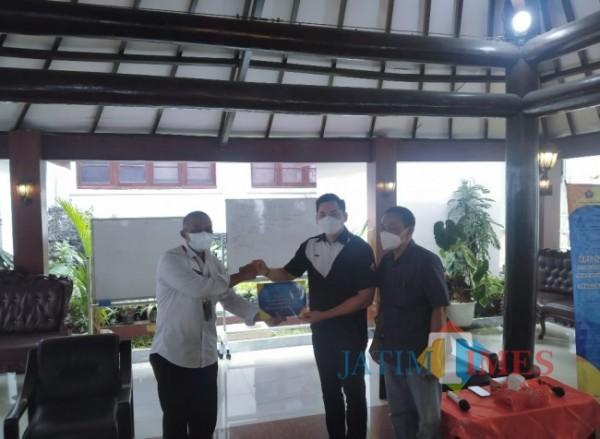 Sekda Kota Malang Erick Setyo Santoso (kiri) saat menerima simbolis penyerahan hewan kurban dari PWI Malang Raya dan BPF Malang. (Anggara Sudiongko/MalangTIMES)