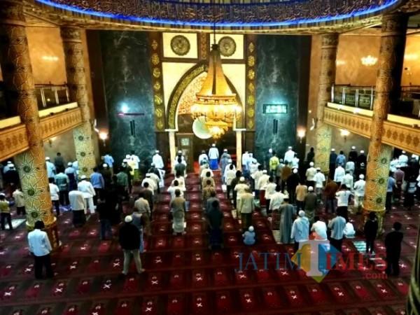 Suasana salat dengan protokol kesehatan di Masjid An-Nur Kota Batu. (Foto: Irsya Richa/MalangTIMES)