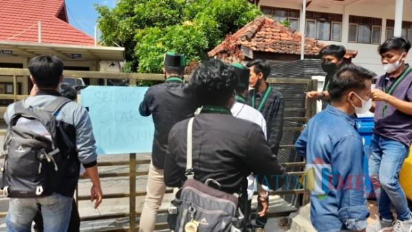 Puluhan Kader HMI saat segel kantor BPN Kabupaten Bangkalan (Foto: Imam/JatimTIMES)