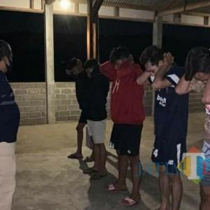 Polisi Rutin Giat Jam Malam di Tulungagung, Pelanggar Kena Sanksi Fisik dan Teguran