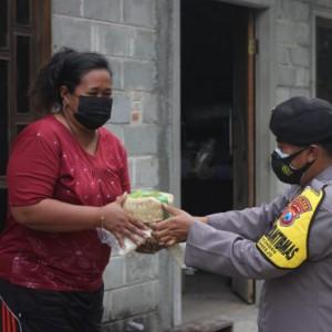 Idul Adha di Masa PPKM Darurat, Polisi di Blitar Bagikan Daging Kurban kepada Warga yang Isolasi Mandiri
