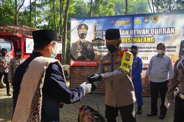 Kapolres Malang, AKBP R. Bagoes Wibisono saat secara simbolis menyerahkan hewan kurban ke salah satu perwakilan ponpes