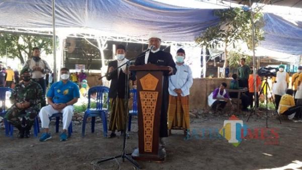 Pengasuh PP. Al-Islah Bondowoso, KH. Toha Zakariya (Tengah) saat menyapa Sandiaga Uno secara virtual (Foto: Abror Rosi/ JatimTimes)