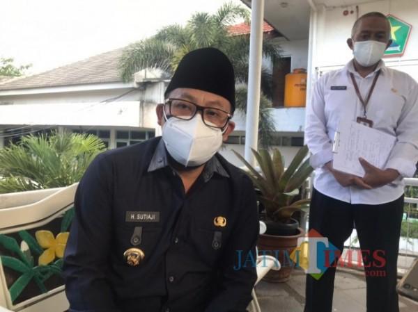 Wali Kota Malang Sutiaji saat ditemui awak media usai melaksanakan rapat koordinasi di Ngalam Command Center, Senin (19/7/2021). (Foto: Tubagus Achmad/MalangTIMES)