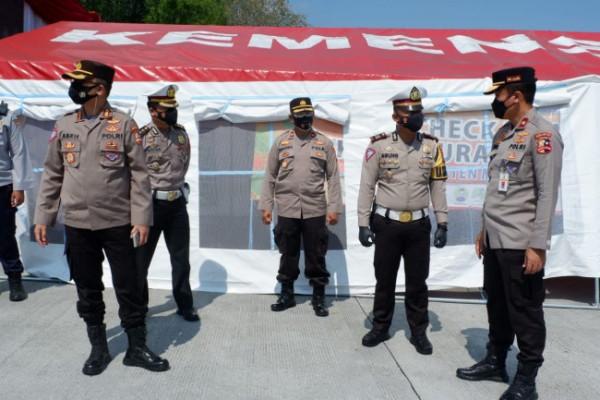 Brigjen Pol. Yusuf didampingi Kasatlantas Polres Malang bersama sejumlah jajaran saat meninjau pos PPKM di Exit Tol Singosari.