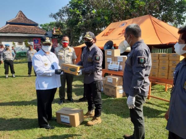 Bupati Malang HM Sanusi saat menerima bantuan secara simbolis dari pihak ketiga (foto: Humas Pemkab Malang for MalangTIMES)
