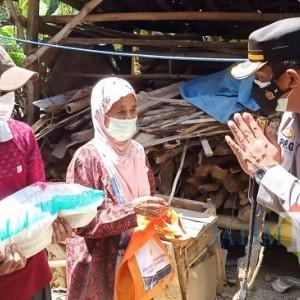 Berikan Bantuan Sembako di masa PPKM Darurat, Kapolres Pamekasan Imbau Warga Patuh Prokes