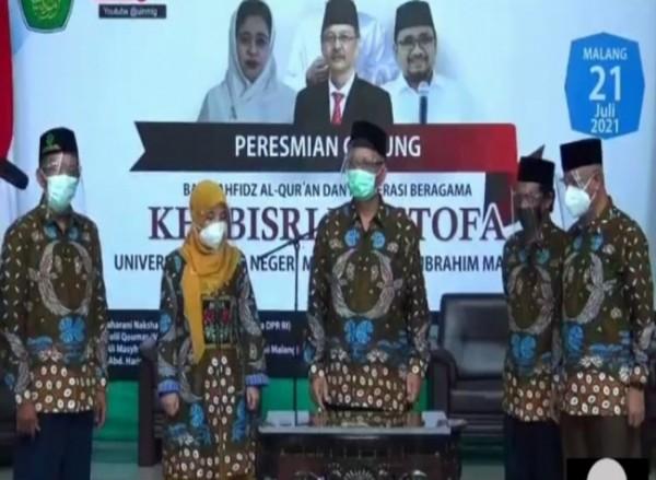 Rektor UIN Maliki Malang dan para Wakil Rektor saat melakukan penandatanganan prasasti gedung Bait Tahfidz Al-Quran dan Moderasi Beragama (Ist)