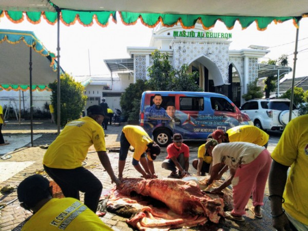 Suasana penyelenbelihan kurban di halaman Masjid Al-Ghufron. (Ist)