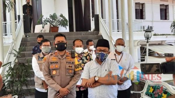 Wali Kota Malang Sutiaji saat berada di Polresta Malang Kota usai melakukan apel gabungan peluncuran Satgas Trauma Healing, Rabu (21/7/2021). (Foto: Tubagus Achmad/MalangTIMES)