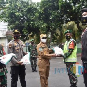 TNI-Polri di Lumajang Bantu 10 Ribu Sak Beras, Bantu Warga Terdampak PPKM