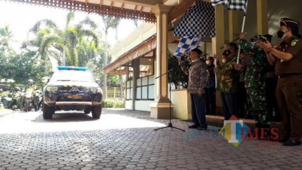Bupati Salwa memberangkatkan rombongan pembawa bantuan. (Foto: Abror Rosi/JatimTimes)