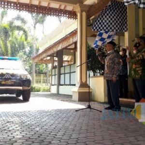 Bupati Salwa Berangkatkan Rombongan Pengirim Bantuan Beras bagi Warga Terdampak PPKM