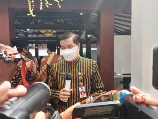 Kepala Dinas Kesehatan Kota Malang dr Husnul Muarif saat memberikan penjelasan kepada awak media di Gazebo Balai Kota Malang, Kamis (22/7/2021). (Foto: Tubagus Achmad/MalangTIMES)