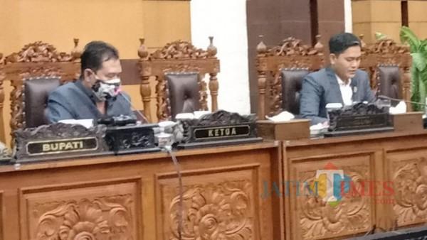 Pimpinan Rapat Paripurna DPRD Banyuwangi, Ruliyono didampingi H M Ali Mahrus di Ruang Rapat Paripurna DPRD Banyuwangi (Nurhadi/BanyuwangiTIMES)