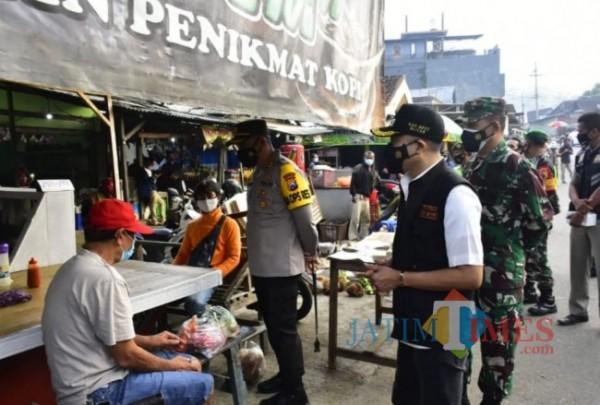 Wakil Bupati Blitar Rahmat Santoso menemui warga yang terdampak pandemi Covid-19.(Foto : Team BlitarTIMES)