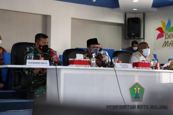 Wali Kota Malang Sutiaji saat mengikuti rapat koordinasi penanganan Covid-19 dengan Wakil Presiden RI Ma'ruf Amin secara virtual, Rabu (21/7/2021). (Foto: Humas Pemkot Malang)