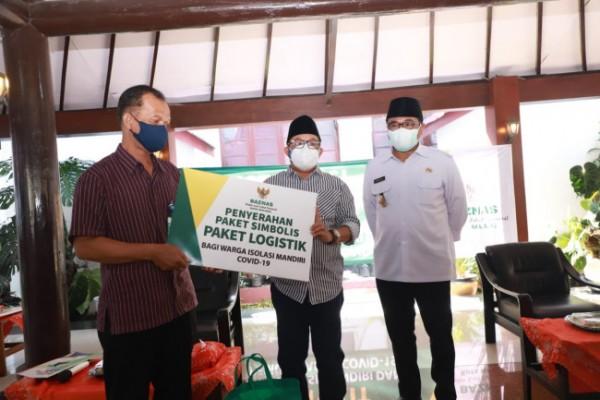 Wali Kota Malang Sutiaji (tengah);saat menyerahkan bantuan secara simbolis untuk pasien isoman di Gazebo Balai Kota Malang, Kamis (22/7/2021). (Foto: Humas Pemkot Malang)