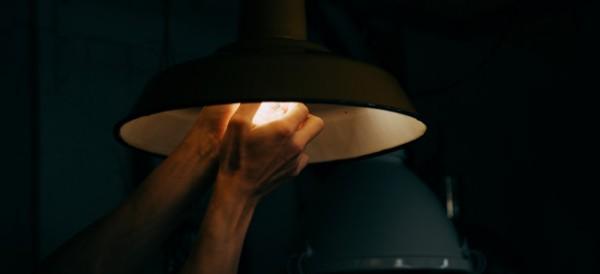 Ilustrasi matikan lampu saat tidur (Ist)