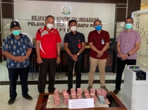Pengembalian Kerugian Keuangan Negara sebesar 711 Juta Rupiah yang dititipkan di Bank Mandiri KCP Jl. Diponegoro Tulungagung. (Foto: Dok. Humas Kejari Tulungagung)