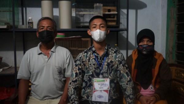 Zahidhan Syahrul Syofiudin (tengah) saat berfoto dengan kedua orang tuanya (foto: Humas Polres Malang for MalangTIMES)