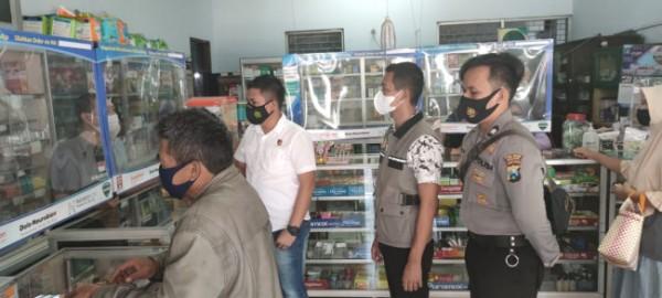 Beberapa anggota Polres Malang saat mengunjungi salah satu apotik di Kabupaten Malang (foto: Satgas Gakkum Polres Malang for MalangTIMES)