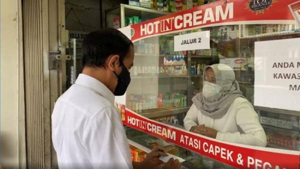 Jokowi sidak apotek di Bogor (Foto: YouTube Sekretariat Presiden)
