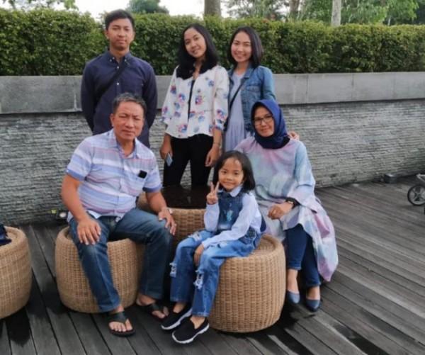Kompol Suhartono semasa hidup saat berswa foto bersama keluarga (foto: istimewa)
